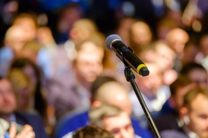 Microfone próximo acima na conferência foto de stock royalty free