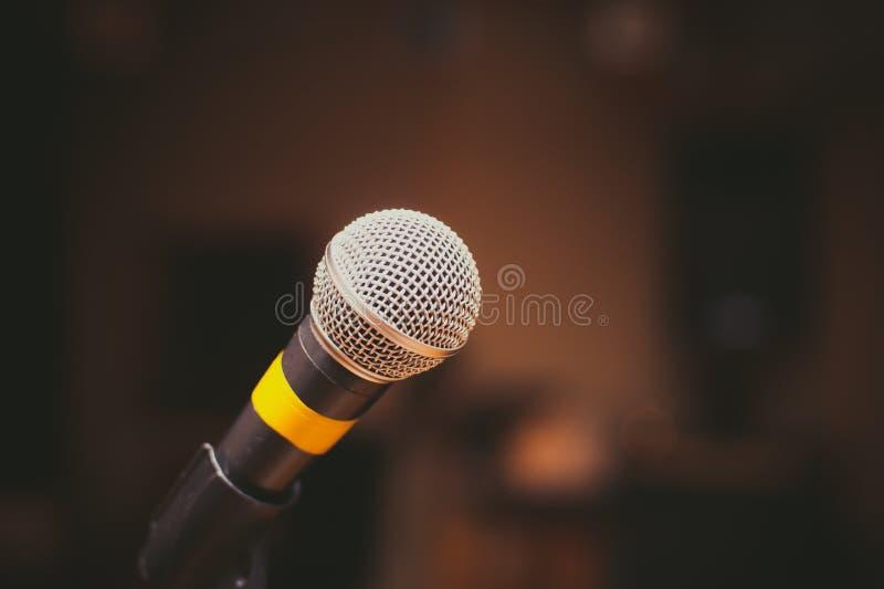 Microfone próximo acima no estúdio da música imagem de stock royalty free