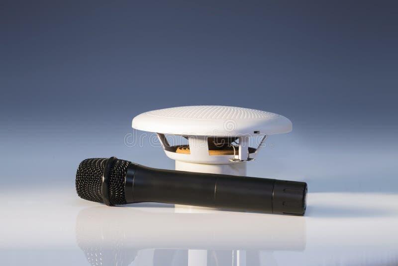 Microfone preto e altifalante branco pequeno fotografia de stock