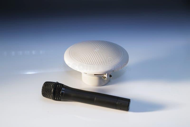 Microfone preto e altifalante branco pequeno fotos de stock royalty free