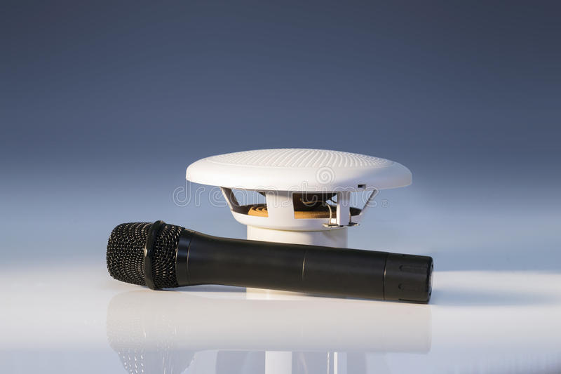 Microfone preto e altifalante branco pequeno foto de stock