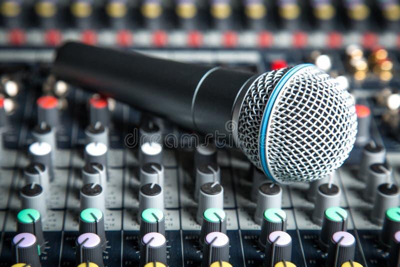 Microfone preto e cinzento, opinião do close-up foto de stock