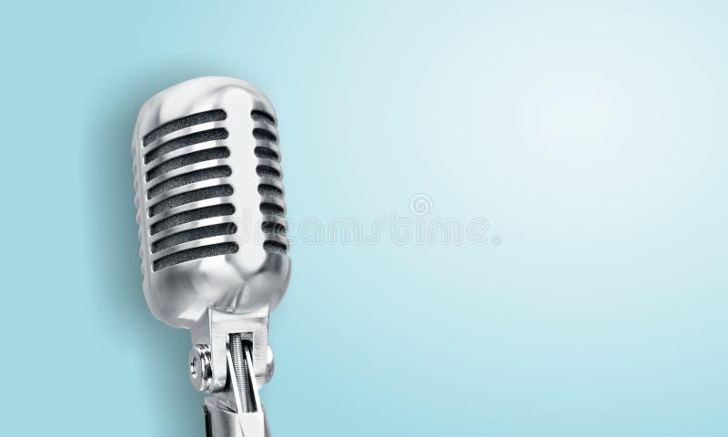 Microfone retro do estilo no fundo azul fotografia de stock royalty free