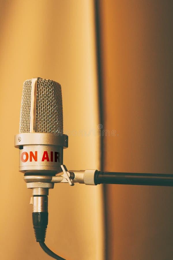 Microfone retro no estúdio de gravação ou rádio no ar imagens de stock royalty free