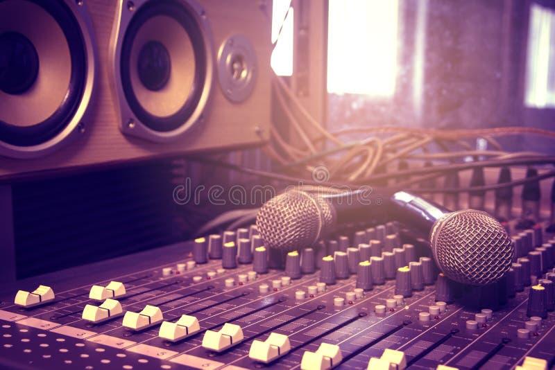 Microfone sem fio no misturador audio na sala de conferências fotos de stock