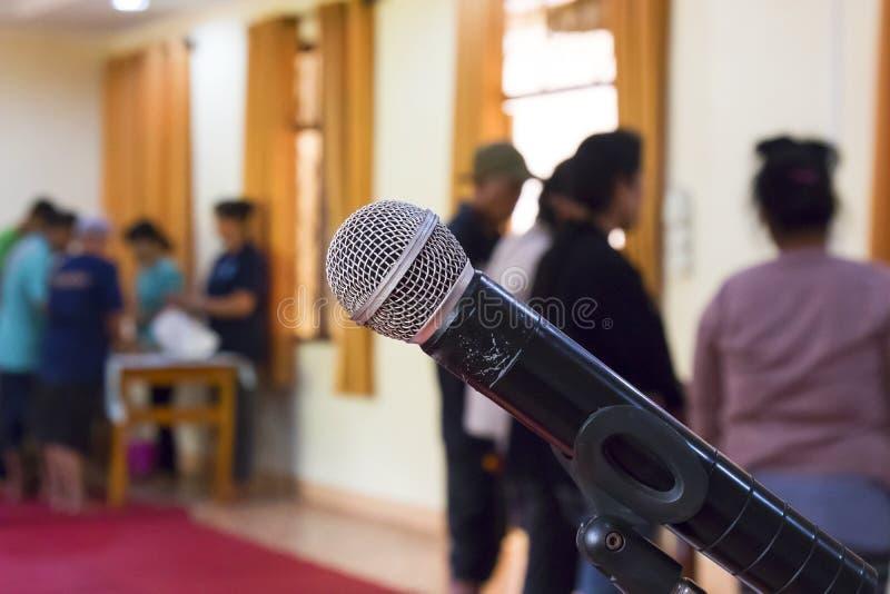 Microfone sobre a foto borrada abstrata da sala de reunião foto de stock royalty free