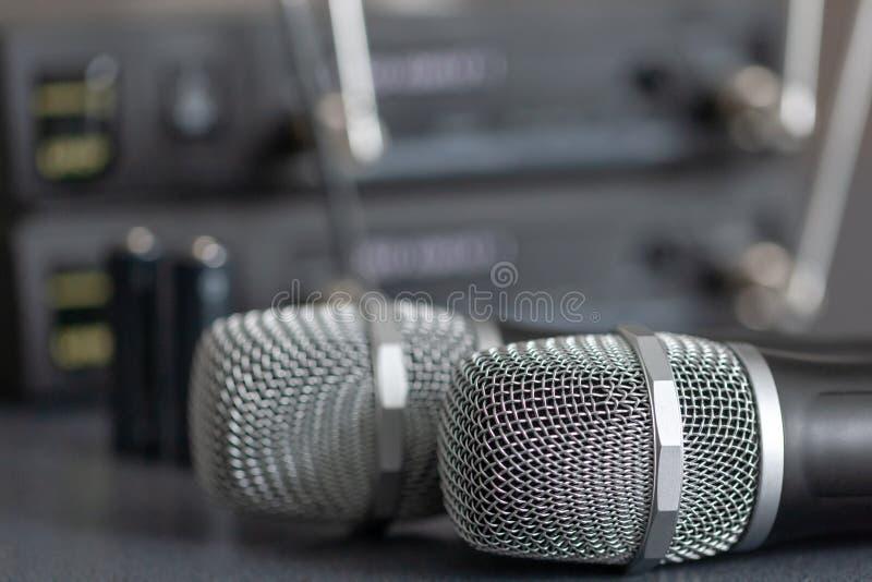 microfones de rádio sistema de transmissão sadia sem fio mics macio do foco dois imagem de stock royalty free