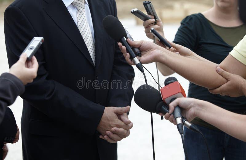 Microfones do jornalismo da conferência da reunião de negócio fotos de stock royalty free