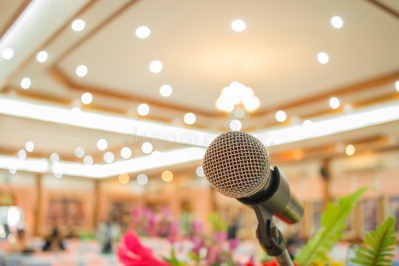 Microfones em abstrato borrados do discurso na luz faladora da sala de seminário ou da sala de conferências da parte dianteira, c fotografia de stock