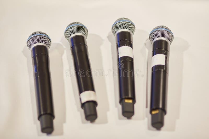Microfones em um fundo branco Close-up foto de stock