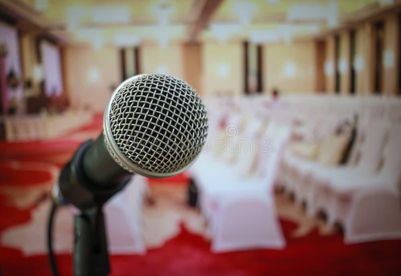 Microfones no sumário borrado do discurso na sala de seminário ou para foto de stock