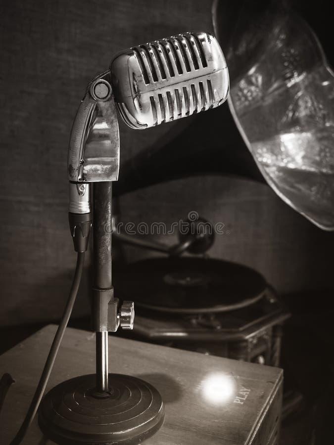 Microfones retros, fotografia do sepia do estilo do vintage dos Oldies imagens de stock royalty free