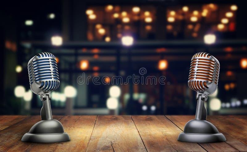 Microfones retros na tabela de madeira imagens de stock