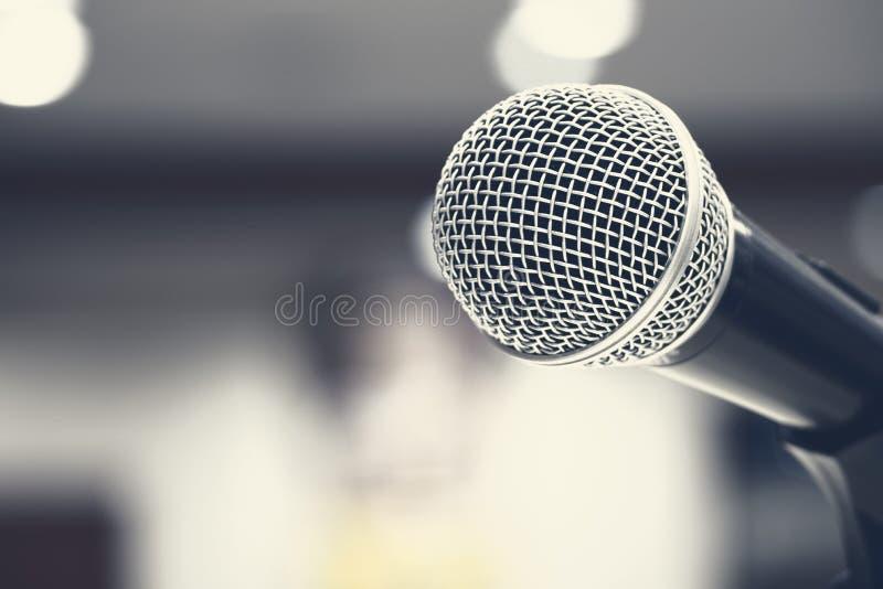 Microfoni che cantano in scena nel colore nero immagine stock