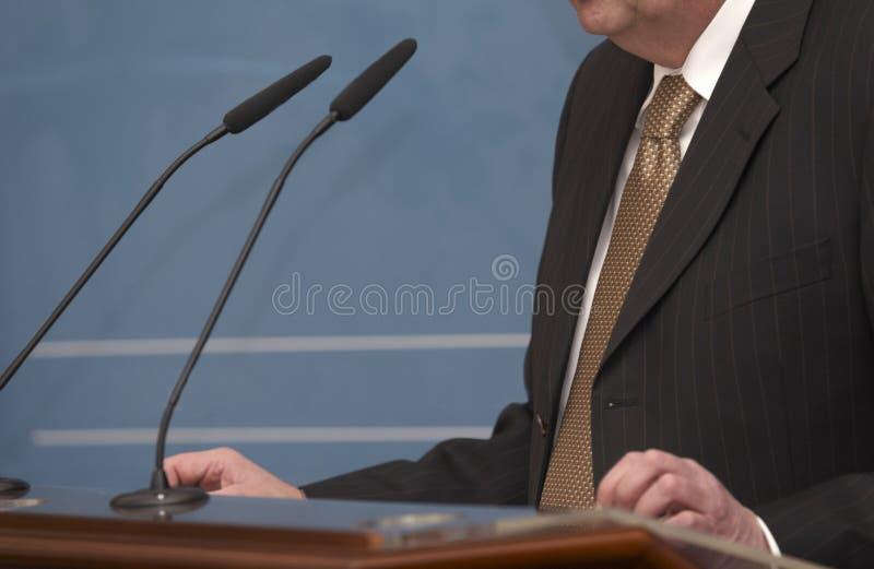 Microfoni di giornalismo di congresso di riunione d'affari fotografia stock libera da diritti