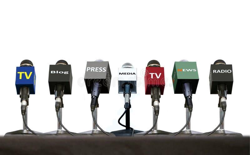 Microfoni durante l'intervista della stampa su una tavola sopra bianco fotografia stock libera da diritti