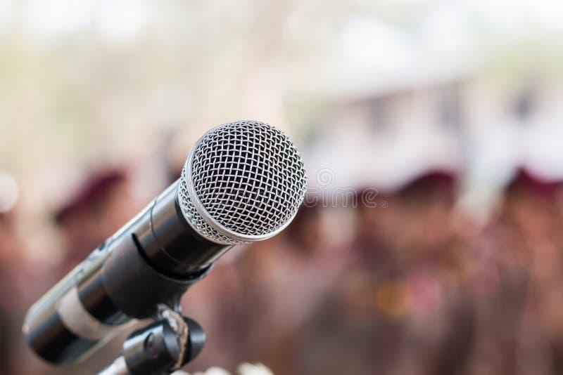 Microfoni su un'espressione astratta nella sala conferenze, luce per la presentazione in occasione di un evento espositivo fotografia stock libera da diritti