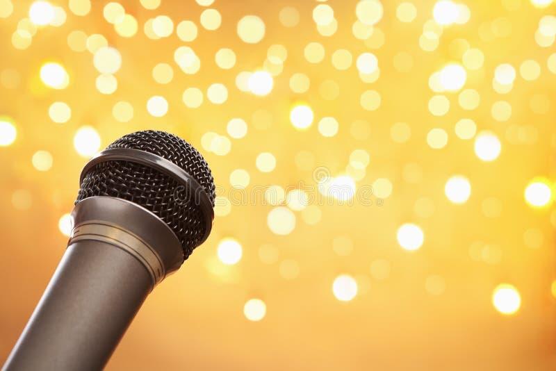 Microfono con l'indicatore luminoso della sfuocatura immagini stock