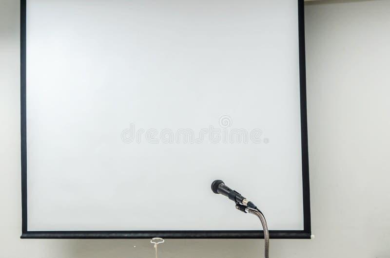 Microfono con lo schermo del proiettore fotografia stock