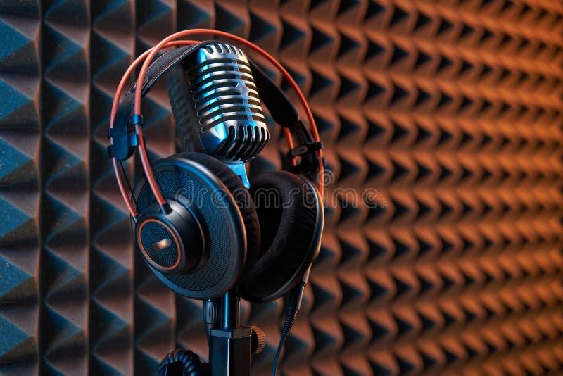 Microfono condensatore da studio con cuffie professionali, pannello acustico immagine stock libera da diritti