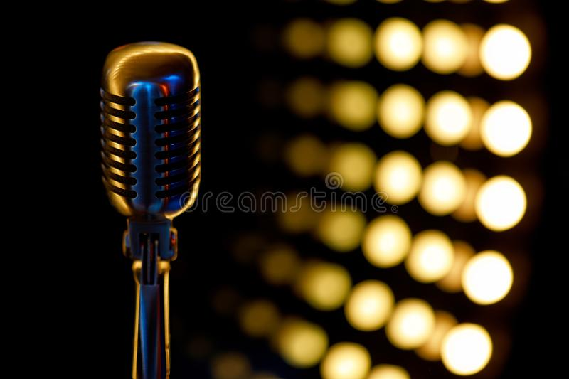Microfono d'annata con il fondo di colore in night-club fotografia stock libera da diritti