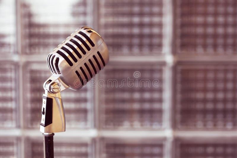 Microfono d'annata d'argento nello studio su fondo all'aperto immagini stock