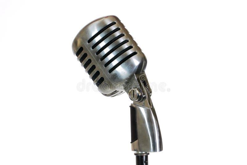 Microfono d'annata d'argento nello studio su fondo bianco immagine stock