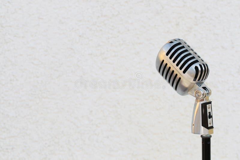 Microfono d'annata d'argento nello studio su fondo bianco fotografia stock libera da diritti