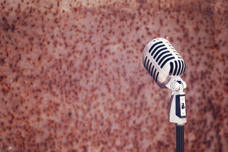 Microfono d'annata d'argento nello studio sul fondo arrugginito di struttura immagini stock libere da diritti