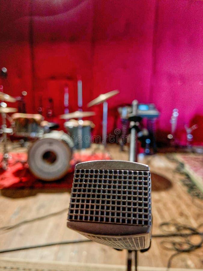 Microfono d'annata di musica nella stanza di ripetizione immagini stock