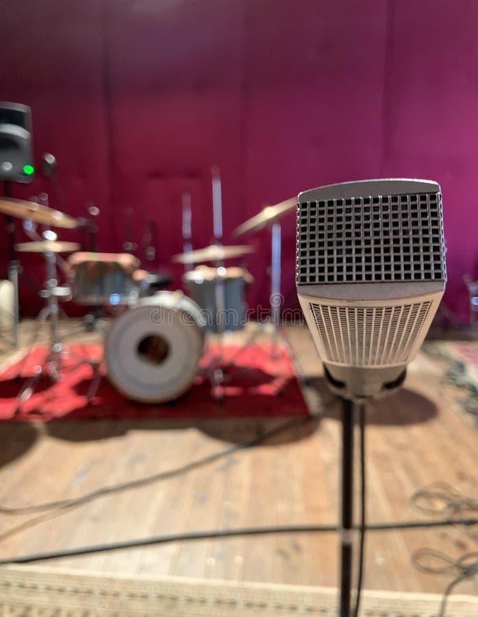 Microfono d'annata di musica nella stanza di ripetizione immagini stock libere da diritti