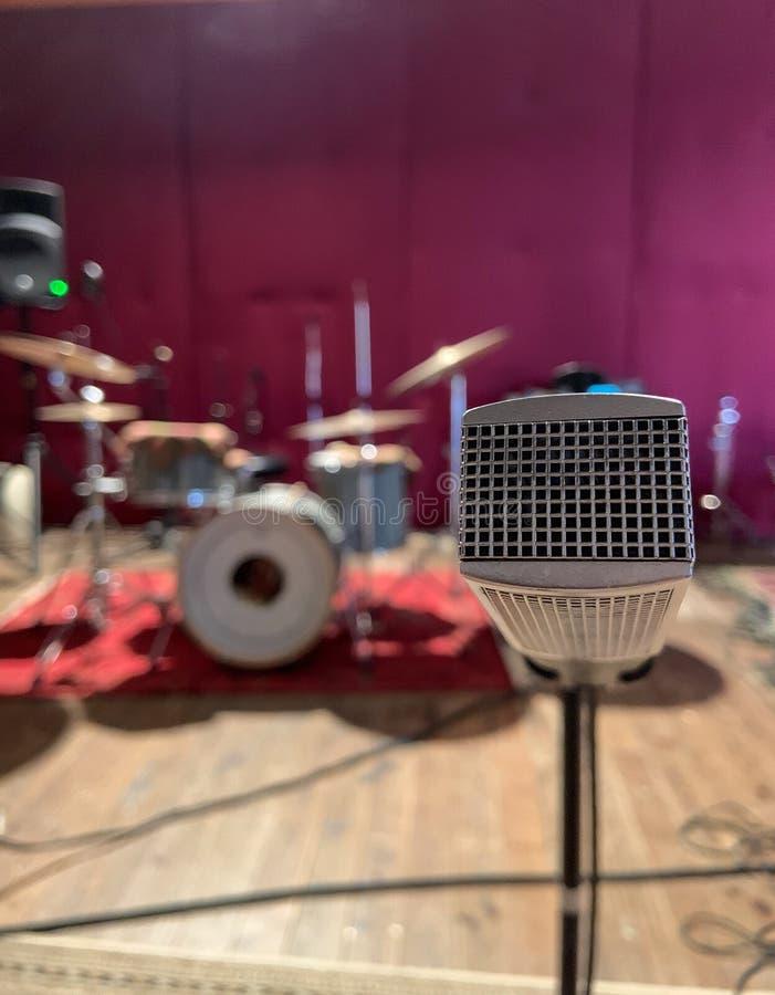 Microfono d'annata di musica nella stanza di ripetizione fotografia stock libera da diritti