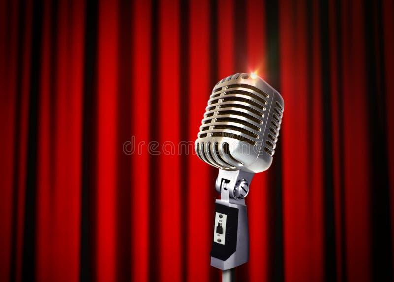 Microfono d'annata sopra le tende rosse illustrazione vettoriale