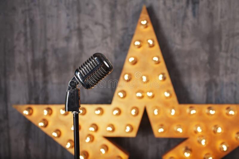 Microfono d'annata in studio fotografia stock libera da diritti