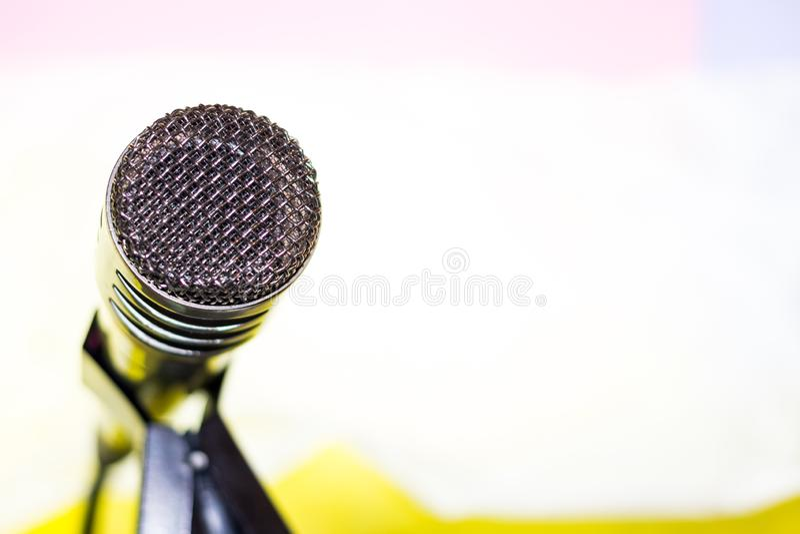 Microfono d'argento sul primo piano dello scaffale fotografia stock libera da diritti