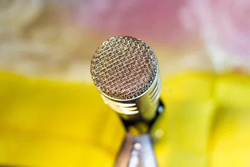 Microfono d'argento sul primo piano dello scaffale immagini stock