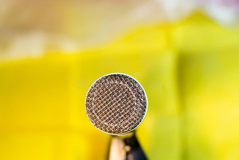 Microfono d'argento sul primo piano dello scaffale immagine stock