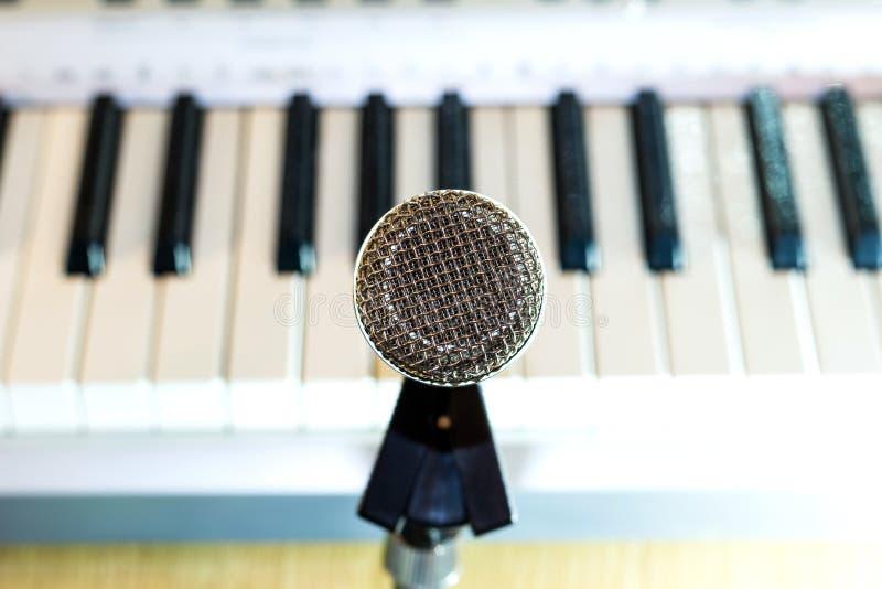 Microfono d'argento sul primo piano dello scaffale fotografie stock libere da diritti