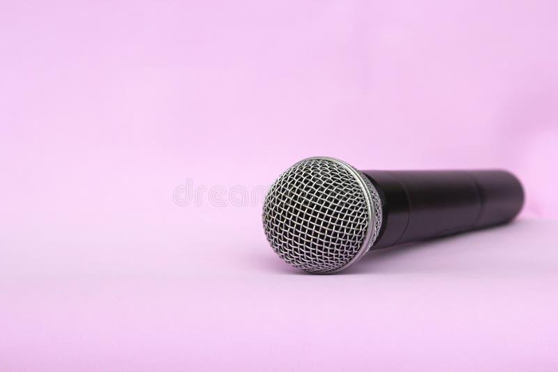 Microfono d'argento vocale senza fili per le audio registrazioni, karaoke su fondo rosa fotografie stock