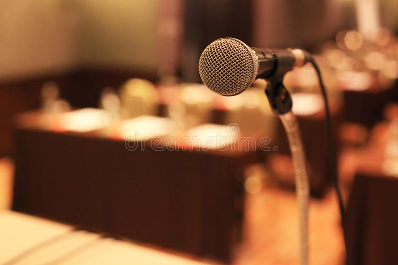 Microfono davanti alle sedie vuote della sala riunioni prima della conferenza fotografia stock libera da diritti