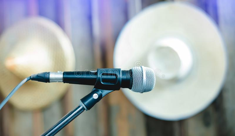 Microfono del supporto su una fase della commedia su fotografia stock
