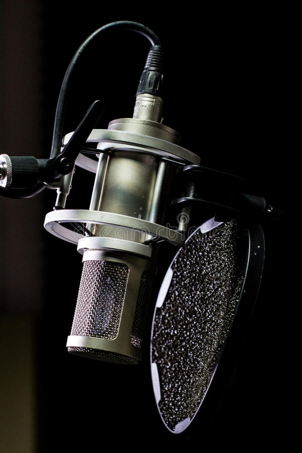 Microfono dello studio con il primo piano del filtrante di schiocco fotografia stock libera da diritti
