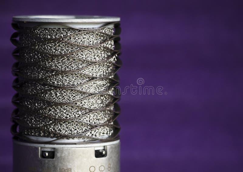 Microfono dello studio su fondo increspato porpora immagine stock