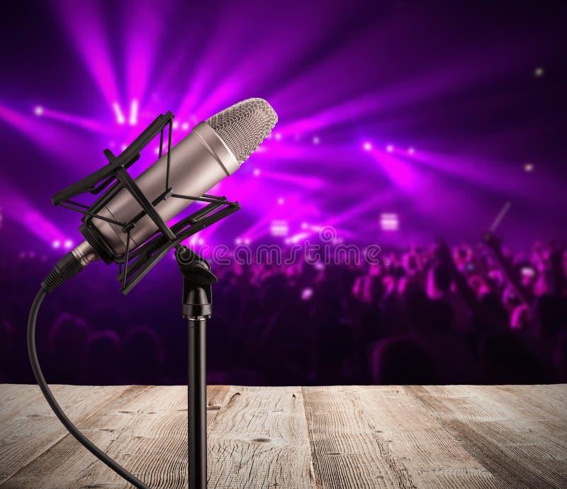 Download Microfono Di Canto Sul Concerto Di Musica Immagine Stock - Immagine di argento, comunicazione: 55365737