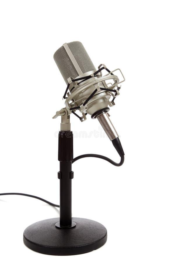Microfono di nastro dell'annata su una priorità bassa bianca fotografia stock libera da diritti
