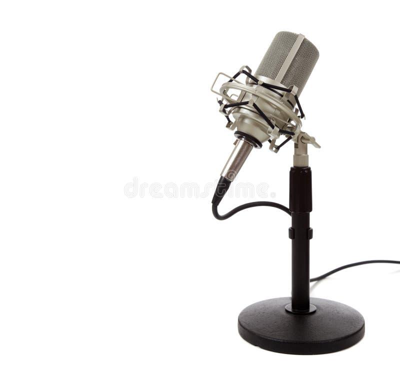 Microfono di nastro dell'annata su una priorità bassa bianca immagine stock libera da diritti