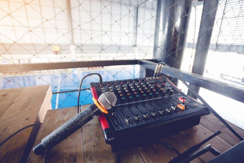 Microfono ed audio regolatore del miscelatore per il campo di football americano con Ne immagine stock libera da diritti