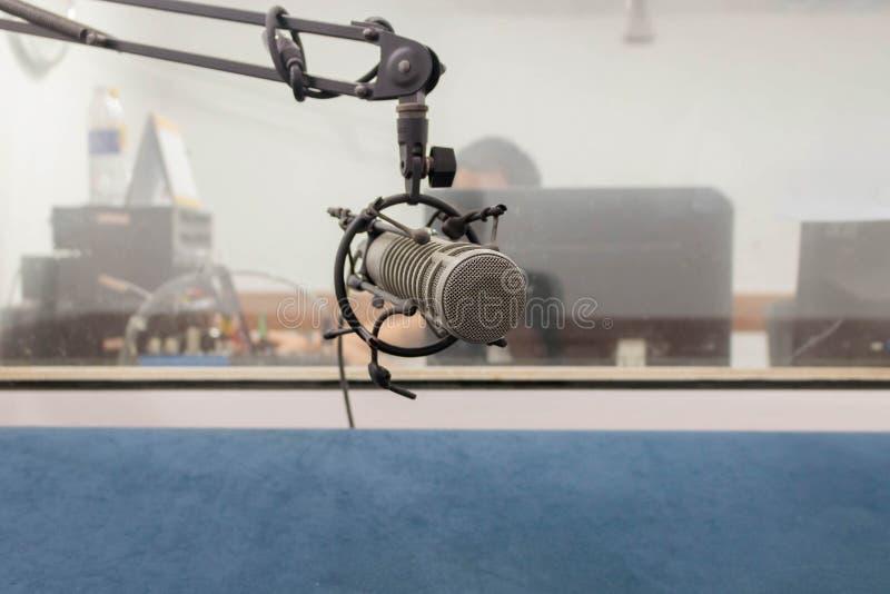 Microfono nella sala di registrazione, metallo mic fotografie stock libere da diritti
