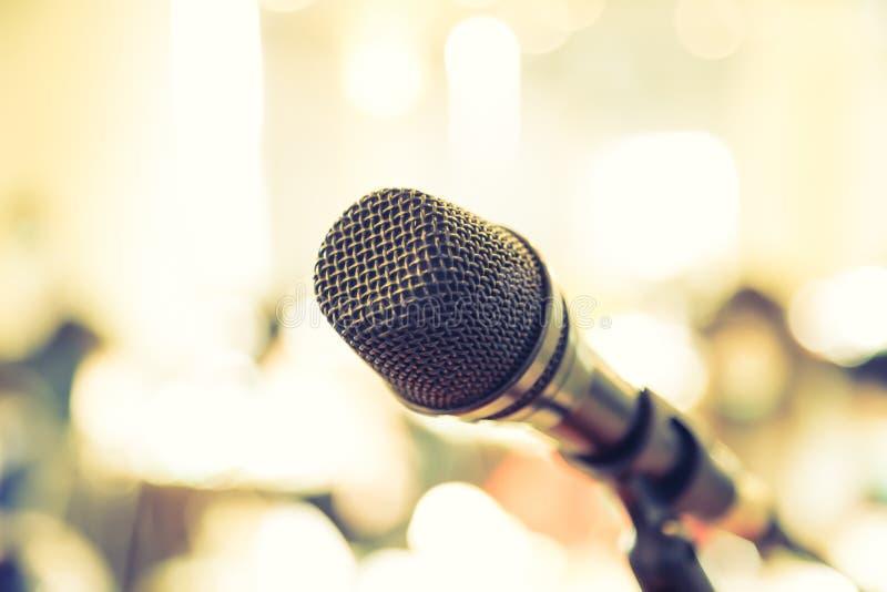 Microfono nero nell'auditorium fotografia stock libera da diritti
