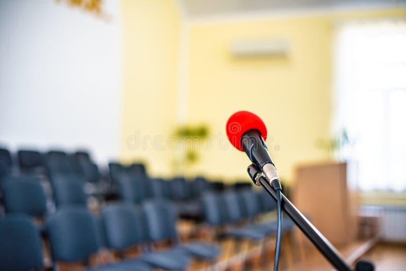 Microfono rosso in una stanza vuota, il concetto di vuoto e disperazione nella vita umana, vuoto e l'abisso nell'anima di un solo fotografie stock